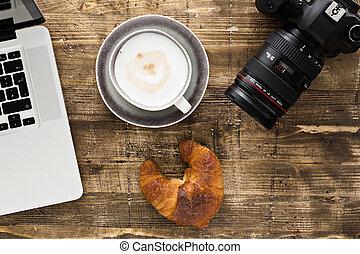 laptop, fényképezőgép, kávécserje, és, croissant, képben látható, egy, wooden asztal