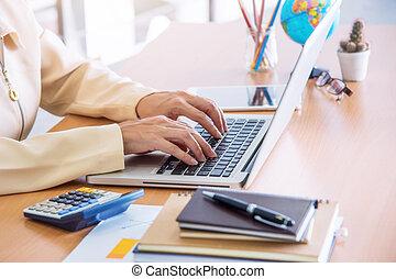 laptop., femme affaires, utilisation