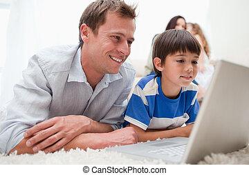laptop, gebrauchend, vater, teppich, sohn