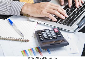 laptop, gráficos, analisando, homem negócios, contabilidade, investimento