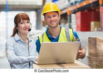 laptop, hörlurar med mikrofon, användande, le, affärskvinna, tröttsam