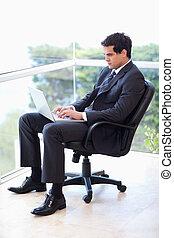 laptop, hans, portræt, arbejder, armchair, forretningsmand, kontor, siddende