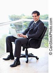 laptop, hans, portræt, arbejder, armchair, forretningsmand, kontor, unge, siddende