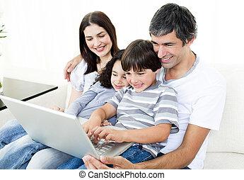 laptop, használ, pamlag, boldog, család, ülés
