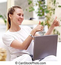 laptop, jovem, computador, sorrindo, home., mulheres
