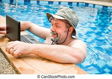 laptop, kałuża, człowiek