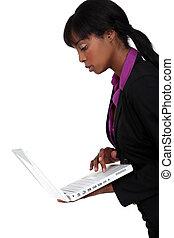 laptop, kobieta, czarnoskóry, dzierżawa
