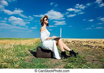 laptop, kobieta, młody, walizka