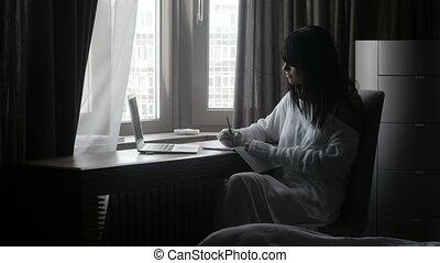 laptop, kobieta pisanie