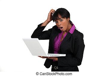 laptop, kobieta, wstrząśnięty, dzierżawa