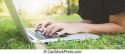 laptop, laptop., asiatisch, lernen, rgeöffnete, arbeitende , banner., concept., junger, hüfthose, keyboard., beine, glücklich, mädchens, frau, panoramisch, hände, entfernung, frau, park., grünes gras