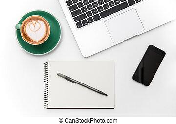 laptop, leerer schirm, cellphone, tasse kaffee, notizblock, und, stift