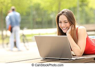 laptop, liget, egyetem területe, tizenéves, diák, használ, leány, vagy