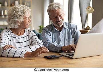 laptop, linea, soddisfatto, coppia, usando, bancario, anziano