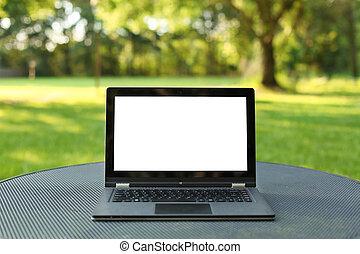 laptop, mit, leerer schirm, draußen