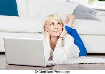 laptop, mulher, pensativo, relaxante, chão