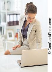 laptop, mulher, trabalhando, escritório negócio