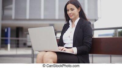 laptop, munkás, mosolygós, női, bírói szék