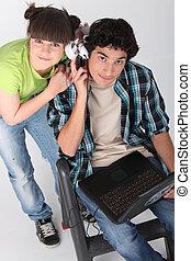 laptop, muzyka, nastolatki, słuchający