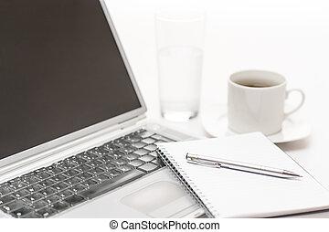 laptop, notizblock, stift, büroschreibtisch