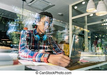 laptop, olhar, americano, afro, tela, esperto, homem