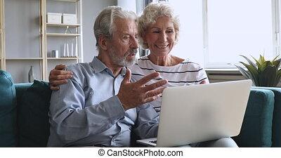laptop, para, starszy, sofa, mówiąc, rodzina, dziadkowie, pozować, używając