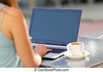 laptop, pokaz, ekran, dziewczyna, pisząc na maszynie