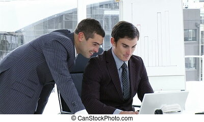 laptop, pracujące biuro, biznesmeni