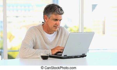 laptop, przypadkowy, pracujący, środek, człowiek, sędziwy