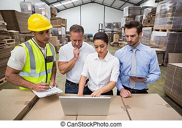 laptop, schauen, manager, arbeiter, lager