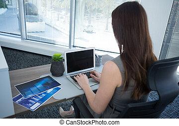 laptop, scrivania, vista, femmina, usando, esecutivo, retro