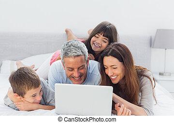 laptop, seu, usando, mentindo, cama, família