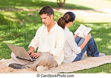 laptop, suo, mentre, lavorativo, uomo