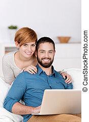 laptop, szczęśliwa para, młody