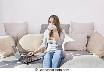 laptop, tazza, ragazza, divano, bianco