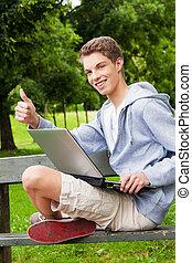 laptop, teenager draußen