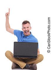 laptop, ung, sittande, uppe, pekar, man