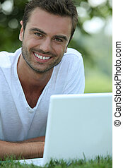 laptop, uomo, sorridente, fuori