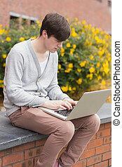 laptop, usando, homem, exterior, jovem