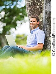 laptop, utanför, arbete,  man