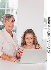 laptop, vó, olhar, sorrindo, câmera, cozinha, criança, junto