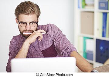 laptop, zadumany, pracujący, człowiek