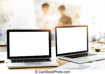 laptops, in, buero, mit, geschaeftswelt, gemeinschaftsarbeit, diskutieren