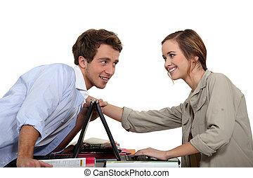 laptops, paar, jonge, wedijveren