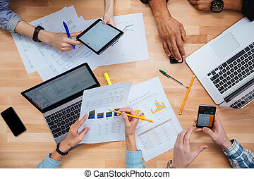 laptops, smartphones, groep, tablet, werkende mensen , samen
