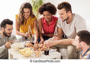 lar feliz, comendo pizza, bebidas, amigos