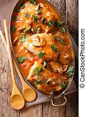 lar, francês, galinha, chasseur, com, cogumelos, e, tomates, close-up., vertical, vista superior