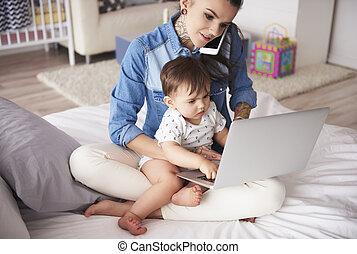 lar, mãe, jovem, trabalhando, filho
