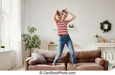 lar, música, mulher, escutar, feliz, sofá, dançar
