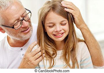 lar, neta, chorando, avô